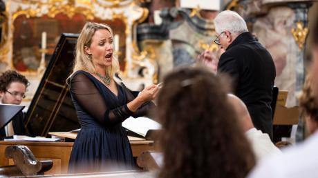 Würdiges Finale für Diademus in Roggenburg: Sopran Lydia Teuscher wirkte bei beiden Kantaten von Johann Sebastian Bach mit. Ebenfalls im Bild: Organist Sebastian Küchler-Blessing (links) und Dirigent Gerhard Weinberger.