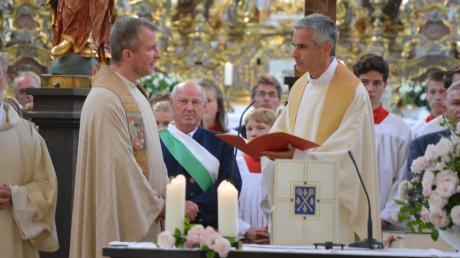 In der Klosterkirche wurde Pater Ulrich Keller (links vorne) als neuer Roggenburger Pfarrer begrüßt. Dekan Martin Straub (rechts vorne) nahm die Installation des neuen Pfarrers Pater Ulrich Keller vor.