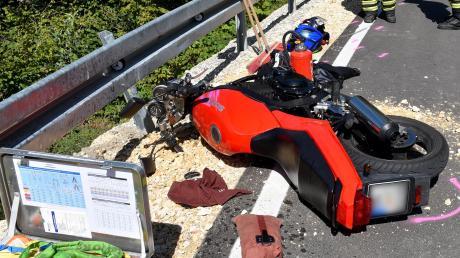 Motorradfahrer stürzt nach Unfall acht Meter in die Tiefe.