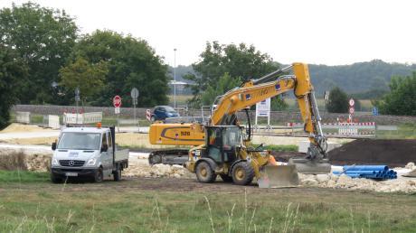 Seit einigen Wochen arbeiten schwere Maschinen an der Thalfinger Straße am neuen Wohngebiet. Staub und Dreck müssen die Anwohner seitdem ertragen.
