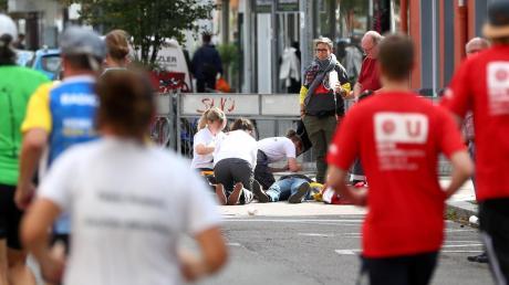 Beim Versuch ein Auto aufzuhalten, verletzte sich eine Ordnerin beim Einstein-Marathon 2018 an der Kasernstraße in Neu-Ulm.