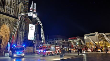 Auf dem Münsterplatz feierte das Unternehmen Magirus am Donnerstagabend seine Drehleitern. 1994 stellt das Unternehmen die erste Drehleiter mit Gelenkarm vor und revolutionierte damit die Einsatzmöglichkeiten.