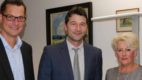 Sebastian Sparwasser (Mitte) mit dem CSU-Vorsitzenden Martin Strobel (links) und der SPD-Vorsitzenden, der Markträtin Hildegard Feurich-Kähn.