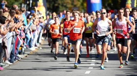 Mehr als 12400 Athleten aus 20 Nationen waren beim 15. Einstein-Marathon am Sonntag in Ulm und Neu-Ulm unterwegs. Die Teilnehmer gingen dabei in acht verschiedenen Disziplinen und über verschiedene Distanzen an den Start, hier zum Beispiel beim Gesundheitslauf über fünf Kilometer.
