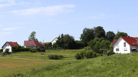 Es geht beschaulich zu in Schleebuch. Der Ortsteil der Gemeinde Roggenburg ist ein kleiner Weiler aus ungefähr 30 Häusern, zwischen Roggenburg und Schießen gelegen. In zweiter Reihe wohnt hier kaum jemand. Fast jedes der Häuser in Schleebuch hat auf mindestens einer Seite freien Blick auf Felder und Wiesen.