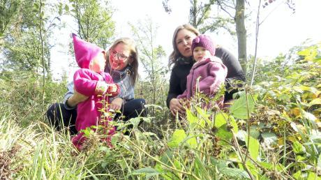Jara Minnich und Nina Pflanzer (rechts) fühlen sich mit ihren Kindern in der Natur wohl. Sie wollen einen Waldkindergarten gründen. Die Nachfrage weiterer Eltern ist groß, wie sie sagen.