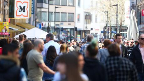 Ein Magnet rund um die Uhr: Die Ulmer Fußgängerzone, hier die Hirschstraße. Auch wenn die Frequenz hier zuletzt zurückging. 5207 Passanten pro Stunde statt 6835 wurden hier von der IHK zuletzt gezählt.