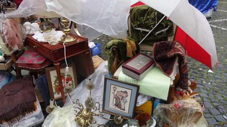 Notdürftig vor dem Regen geschützt: Beim Antikmarkt, dem Kunsthandwerkermarkt und dem Herbstmarkt in Ulm gab es am Wochenende so manche Schätze zu entdecken.