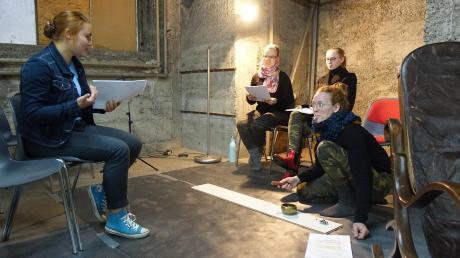 """Bei den Proben zu """"Kaspar"""" im Schirmer-Keller: (von links) Regieassistentin Merit Willemer mit den Darstellerinnen Lena Amberger, Joni-Beth Brownlee und Mirjam Morlok."""
