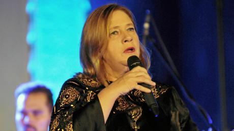 """Kathy Kelly präsentierte in der Pauluskirche in Ulm bei einem Konzertabend ihr neues Album """"Wer lacht überlebt""""."""