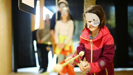 Wie ein Maulwurf, der sich blind durchs Erdreich gräbt, können sich Besucher des Ausstellungspavillons am Kloster Roggenburg entlang eines dicken Seils durch den Raum bewegen. Dabei gibt es verschiedene Objekte aus dem Wald zu entdecken.