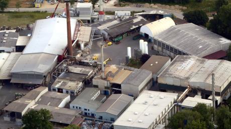 Auch nachts dringt vom Gewerbegebiet Eschach Lärm hinauf ins Wohngebiet im Osten von Weißenhorn. Nach Ansicht des Bauausschusses ist das Aluminiumschmelzwerk Oetinger (hier ein Luftbild) der Verursacher.