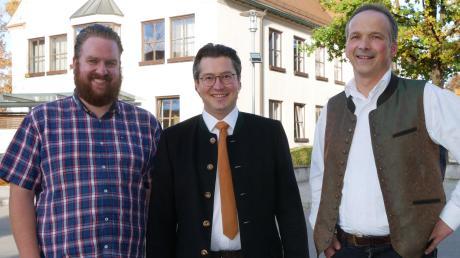 Mit Christoph Oetinger (Mitte) hat jetzt auch die Pfaffenhofer FWG ihren Bürgermeisterkandidaten vorgestellt. Darüber freuen sich der Vorsitzende Andreas Wöhrle (rechts) und sein Stellvertreter Matthias Mayer.