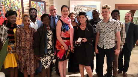 Botschafterin Annett Günther (mit rosa Schal) überreichte Gudrun Dürr (rechts daneben) am Mittwochabend in Nairobi das Bundesverdienstkreuz.