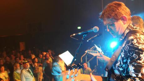 Organisator Thomas Schulz griff persönlich zum Bass und spielte mit seiner Band Friends auf der Bühne der Fuggerhalle. Rund 1000 Fans kamen zur Oldie-Night nach Weißenhorn.