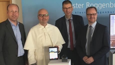 Bezirkstagspräsident Martin Sailer, Prior Pater Stefan Kling, Bürgermeister Stölzle und Landrat Freudenberger (von links) beim Start der virtuellen Tour.