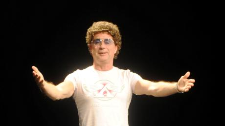 Frisur und getönte Brille sind sein Erkennungszeichen: Atze Schröder bei seinem Auftritt in Neu-Ulm.
