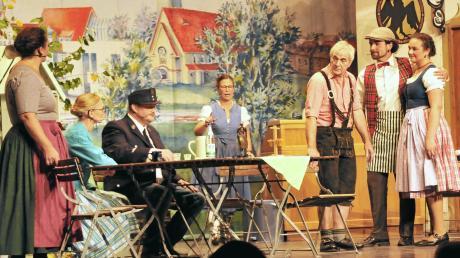 """Zeitweise drunter und drüber ging es beim lustigen Dreiakter """"Freibier"""" des Trachtenvereins """"D' Illertaler"""" im Vöhringer Kulturzentrum zu. Rund 500 Zuschauer kamen – und waren begeistert."""