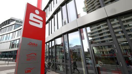 Das Brückenhaus in Neu-Ulm ist Sitz der Sparkasse Neu-Ulm – Illertissen. Die Bank führt ein Verwahrentgelt für einige Kunden ein.