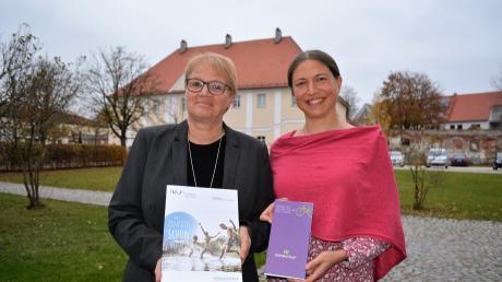 Die Tourismusbeauftragte Andrea Engel-Benz (links) und Marina Kuhn vom Landkreis Neu-Ulm mit neu aufgelegten Radel- und Wanderkarten für die Region.