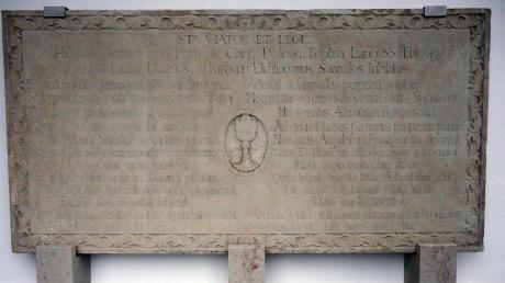 Lese kann diese Inschrift wohl fast niemand. Festlich und würdevoll wirkt der Epitaph für den Pfarrer Johann Baptist Lang dennoch.