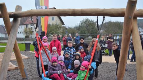 Die Meßhofener Kinder nahmen die Spielgeräte bei der Eröffnungsfeier sofort begeistert in Beschlag.