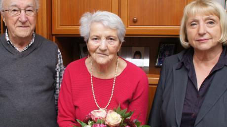 Neu-Ulms Dritte Bürgermeisterin Rosl Schäufele (rechts) gratulierte Rosa und Georg Grohspietsch zur Diamantenen Hochzeit.