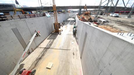 Durch diesen 400 Meter langen Bahntrog fahren die Züge ab 2022, wenn sie aus dem Albabstiegstunnel kommen. Im Tunnel sind die Gleise bereits verlegt, nun wird die Strecke ab 24. November an das Gleisnetz angeschlossen.