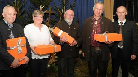 Die verdienten Mitglieder Josef und Maria Klein, Peter Mauser und André Leplat (von links) wurden bei der Hubertusfeier der Kreisgruppe des Bayerischen Jagdverbands von Christian Liebsch (rechts) mit Geschenken bedacht.