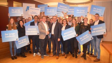 Sie wollen den Kreistag verjüngen: Kandidatinnen und Kandidaten der Jungen Union für die Kommunalwahl 2020, dazwischen steht der Kreisvorsitzenden Johann Deil (helles Sakko) mit Landrat Thorsten Freudenberger. Wie die CSU hat auch die JU ihn als Landratskandidaten nominiert.