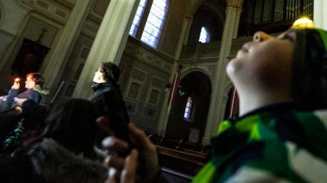 Bei einer Taschenlampenführung erkundeten Alexander (rechts) und 24 weitere Kinder die dunkle Weißenhorner Stadtpfarrkirche.