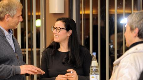 Sina Trinkwalder signierte ihre Bücher für die Besucher im Haus der Begegnung. Ungefähr 60 Zuhörer kamen zum Vortrag in Senden.