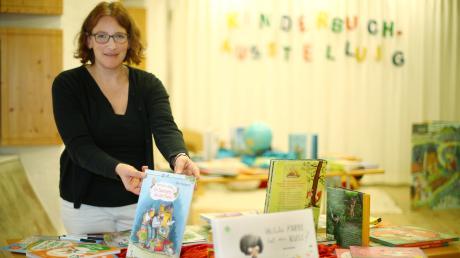 Karin Bertele bereitet die Kinderbuchausstellung im Haus für Kunst und Kultur in Roggenburg auf. Los geht sie am Sonntag.