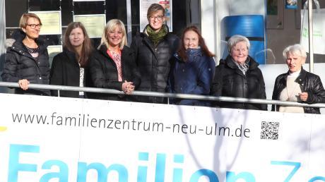 Beim Termin im Familienzentrum: (von links) Mitarbeiterin Renate Koch, Leiterin Juliane Ott, Staatssekretärin Carolina Trautner sowie Katrin Albsteiger, Monika Kohleisen, Irmgard Bittinger und Inge Mergl von der Frauen-Union.