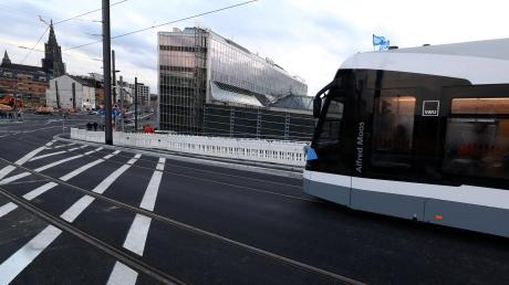 Hier auf unserem Bild vom Start der Linie 2 stehen noch die Bauzäune. Doch die meisten Restarbeiten sind inzwischen abgeschlossen. Weil die Förderung fällt geringer ausfällt, als ursprünglich angenommen muss die Stadt Ulm 15,4 Millionen Euro mehr beisteuern.