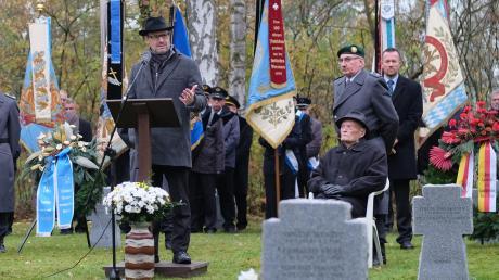 Thorsten Freudenberger (links) und Valentin Mayer (sitzend) erinnern in Reutti an Kriegsopfer.