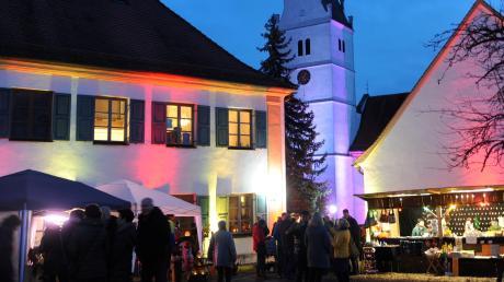 In romantisches Licht getaucht war das historische Ensemble an der Unterelchinger Pfarrkirche St. Michael beim Stadelzauber.