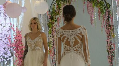 Zwei der Kleider aus der neuen Kollektion: Verspieltes Oberteil, wallender Rock oder eng anliegendes Kleid im Meerjungfrau-Stil.