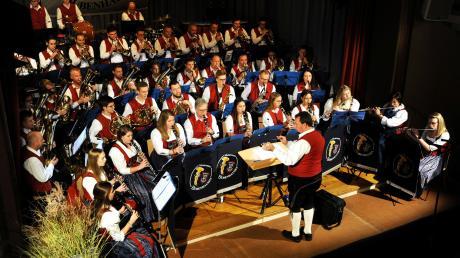 Unter der Leitung von Rainer Bauer spielten die Mitglieder der Bubenhauser Musikkapelle beim Jahreskonzert in Weißenhorn.