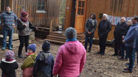 Mit einem Lied haben die Betreuerinnen und die Kinder des Waldkindergartens bei Wullenstetten Vertreter von Stadtverwaltung und Stadtrat bei einer kleinen Einweihungsfeier begrüßt.