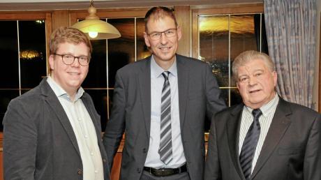 Der JU-Kreisvorsitzende Johann Deil (von links) mit Bürgermeisterkandidat Mathias Stölzle und Gerhard Snehotta, CSU-Ortsvorsitzender von Roggenburg.