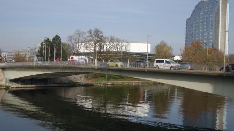 Die Gänstorbrücke zwischen Ulm und Neu-Ulm ist seit Juni vorigen Jahres nur noch auf je einer Spur pro Richtung befahrbar. Das Bauwerk über die Donau wird abgerissen und durch einen Neubau ersetzt. Vor 2025 wird die neue Brücke allerdings nicht fertig werden.