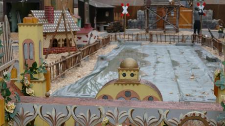 Noch liegt die neue Eisstockbahn unter einer Plane im Märchenwald verborgen. Ab Montag, 25. November, bis Sonntag, 22. Dezember, kann hier am südlichen Münsterplatz Curling gespielt werden.