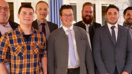 FWG-Bürgermeisterkandidat Christoph Oetinger (Mitte) und die sechs weiteren bestplatzierten Listenbewerber: (von links) Michael Pintleger, Max Keder, Andreas Wöhrle, Matthias Mayer, Manuel Wolf und Tobias Wöhrle-Kölbl.