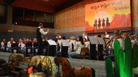 """Schon optisch wurde das Publikum in der Bürgermeister-Jehle-Halle auf das Programm unter dem Titel """"Wild Wild West in Aufheim"""" eingestimmt."""
