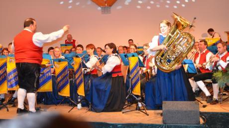 Beim Jahreskonzert des Musikvereins Meßhofen begeisterte Tubistin Hannah Reindle (stehend) mit ihrem Solo mehr als 200 Zuhörer.