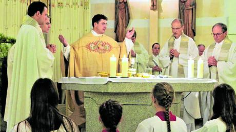 Karl Klein (Mitte) ist der neue katholische Stadtpfarrer in Neu-Ulm. Nun wurde er offiziell in sein Amt eingeführt.
