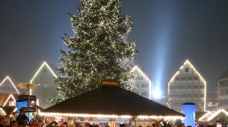 eihnachtsstimmung am Fuße des Ulmer Münsters: Rund um den höchsten Kirchturm mit dem Weihnachtsbaum in der Mitte der Welt präsentieren 130 Stände ihre Waren.