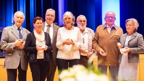 Die Geehrten und der Oberbürgermeister (von links): Gerhard Wiese, Gabi Beyer, Gerold Noerenberg, Jutta Lauterwein, Gerhard Schnaiter, Konrad Marzari und Tosca-Michaela Szmrecsanyi.