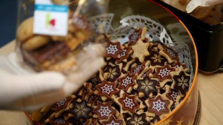 Weihnachtliches Gebäck in einer beeindruckenden Vielfalt können Besucher des Roggenburger Weihnachtsmarkt am Freitag kaufen. Der Erlös geht an die Kartei der Not, das Leserhilfswerk unserer Zeitung.